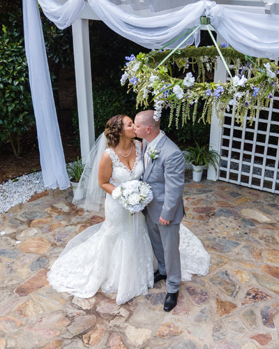 Country-Villa-Altar-kissing-couple-homepage